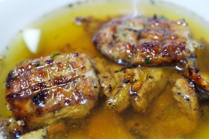Thịt làm chả và thịt nướng của món bún được chủ quán đặt từ lò mổ từ sáng sớm, sau khi chọn lựa kỹ lưỡng sẽ đem về bếp của quán sơ chế, chuẩn bị cho một ngày bán hàng tất bật.
