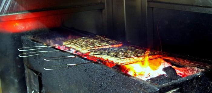 Chủ quán là người trực tiếp đứng bếp nướng thịt và chả để phục vụ khách. Thời điểm đông nhất của quán là buổi trưa, đó cũng là lúc các vỉ nướng liên tục được chế biến và đưa vào bếp than.