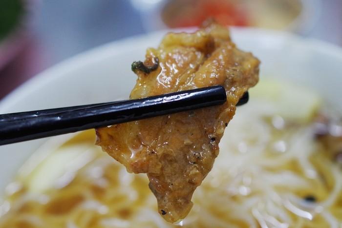 Chả miếng là thịt ba chỉ, được nướng vàng suộm, gồm cả nạc và mỡ nên khi ăn thực khách sẽ không cảm thấy khô hay ngấy.