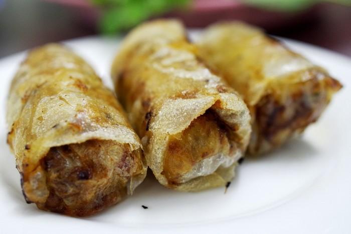 Nem cua bể, nem hải sản và chả xiên nướng đều là các món có thể ăn cùng với bún chả của quán, do chính quán tự chế biến nên đảm bảo chất lượng và hương vị riêng.