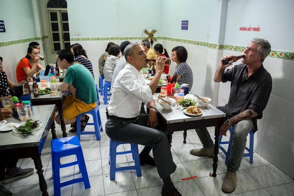 Trong thời gian ở Hà Nội, dù lịch trình dày đặc, tổng thống Obama vẫn dành thời gian đi ăn với đầu bếp Anthony Bourdain tại quán bún chả Hương Liên.