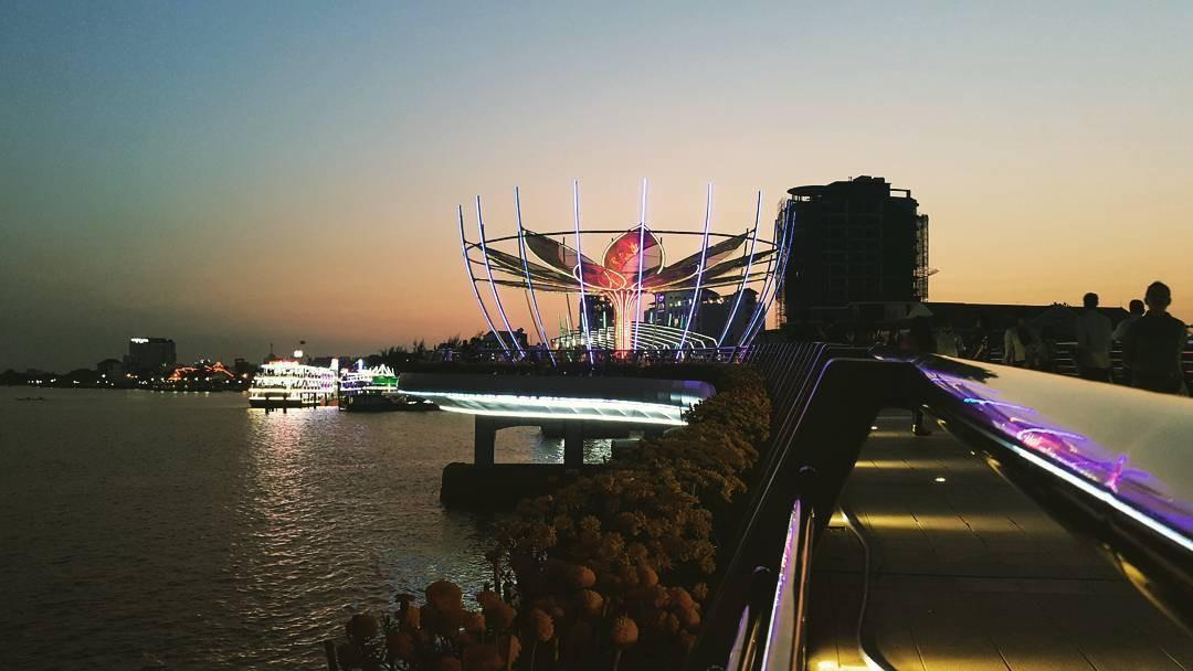 Cây cầu bừng sáng trong đêm