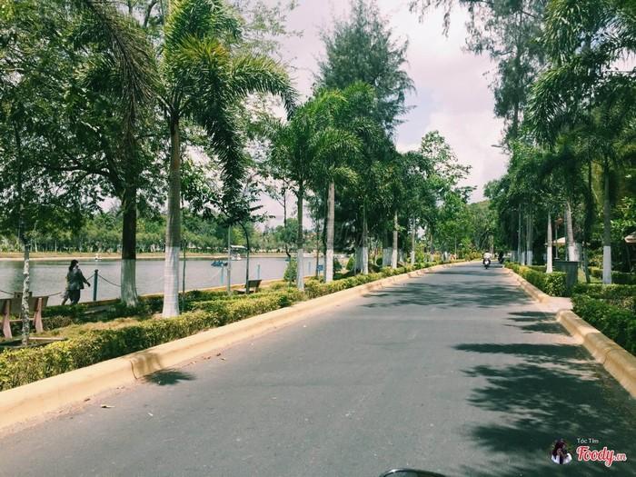 Đường ven hồ nước ngọt thành phố
