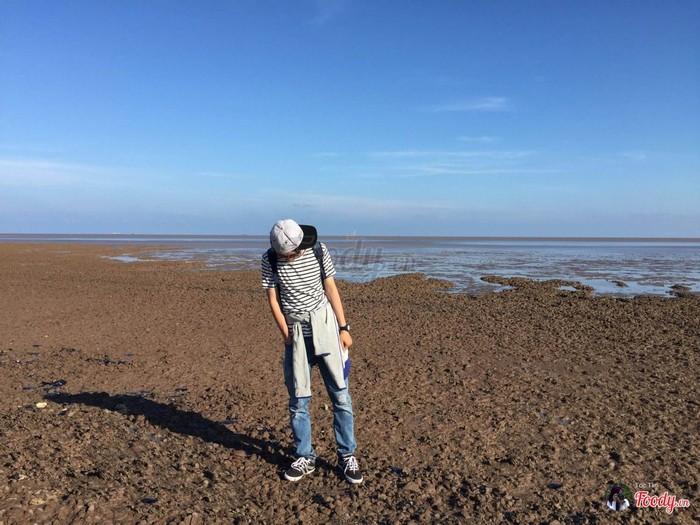 Sau lưng là biển