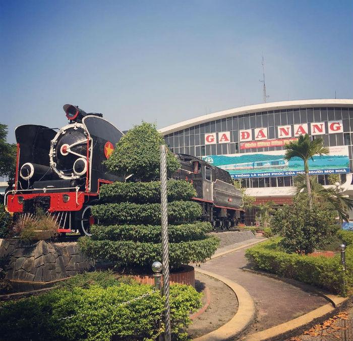 Hay đi tàu đến Đà Nẵng rồi di chuyến vào Hội An