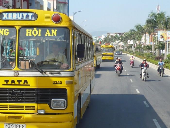 Xe bus Hội An - Đà Nẵng di chuyển liên tục