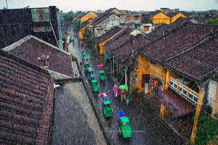 Phố cổ Hội An lạ mắt vào mùa mưa