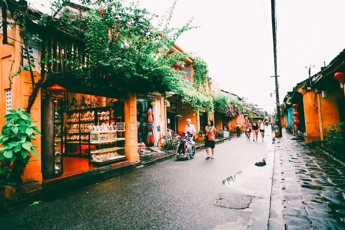 Đất phố cổ Hội An khô ráo sau cơn mưa