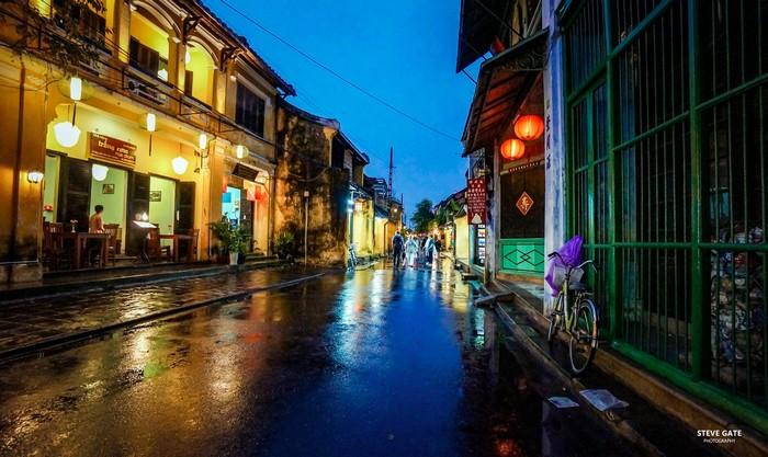 Hội An lung linh dưới ánh đèn lồng mưa về chiều tối