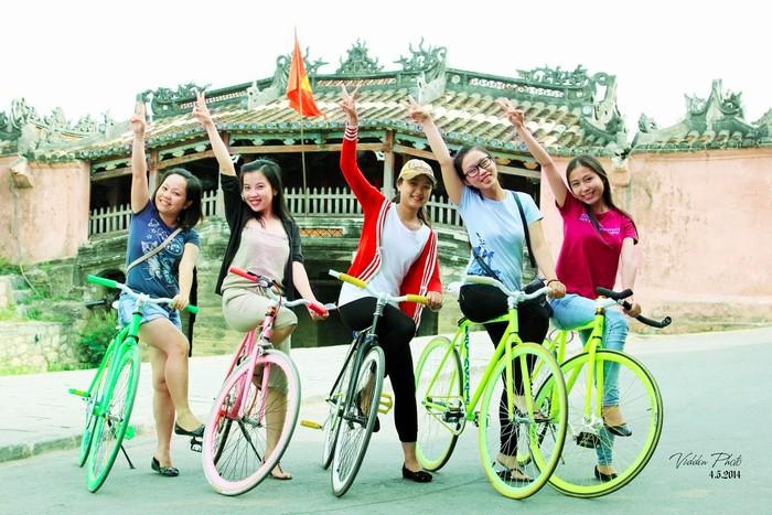 Khám phá phố Hội bằng xe đạp cùng nhóm bạn thân