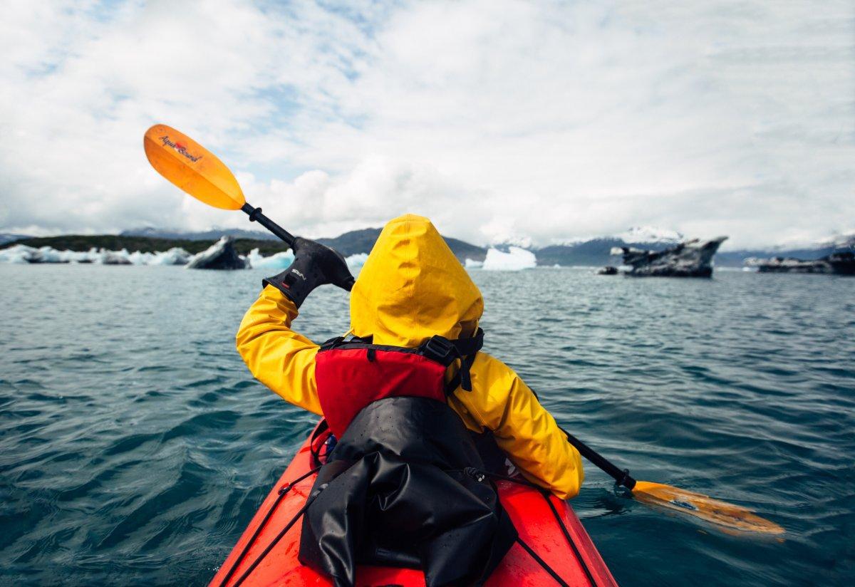 Anh được chèo kayak ở khu sông băng Columbia, bên cạnh là những tảng băng trôi khổng lồ. Chúng đang tan ra thành nhiều tảng nhỏ - chính điều này làm mọi người nhìn nhận rõ hơn về ảnh hưởng của biến đổi khí hậu.
