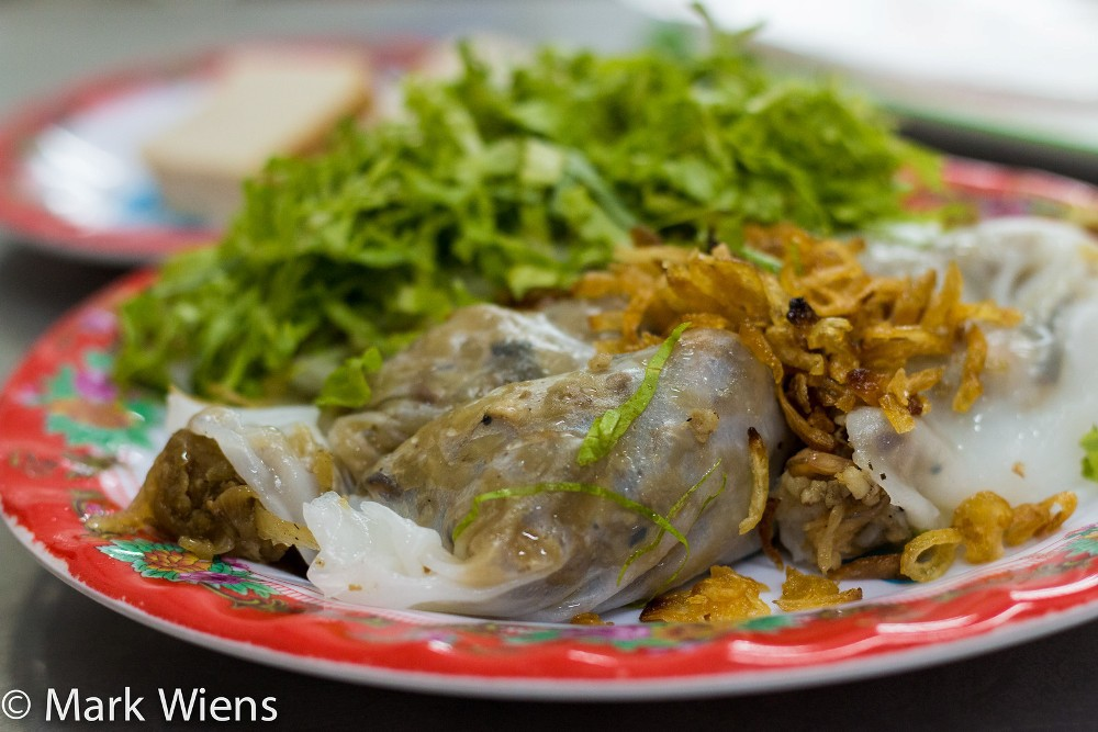Bánh cuốn:Bánh làm từ bột gạo, tráng mỏng cuốn với nhân hành khô, thịt bằm, mộc nhĩ... Bánh cuốn Sài Gòn ăn kèm với rau diếp xắt nhỏ và một bát nước mắm chấm.