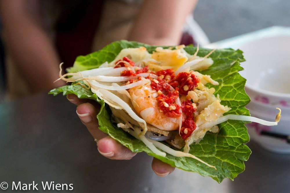 Bánh xèo:Bánh xèo như crepe phiên bản Việt nhưng giòn hơn và là món ăn ưa thích của nhiều người.