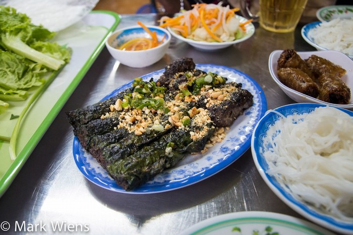 Thịt bò nướng lá lốt:Một trong những món vặt không thể bỏ qua khi đến Sài Gòn là bò nướng lá lốt.