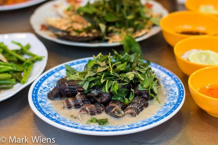 Ốc:Ốc là món phổ biến ở Việt Nam nên bạn có thể tìm thấy trong thực đơn của nhiều nhà hàng, quán ăn vặt.