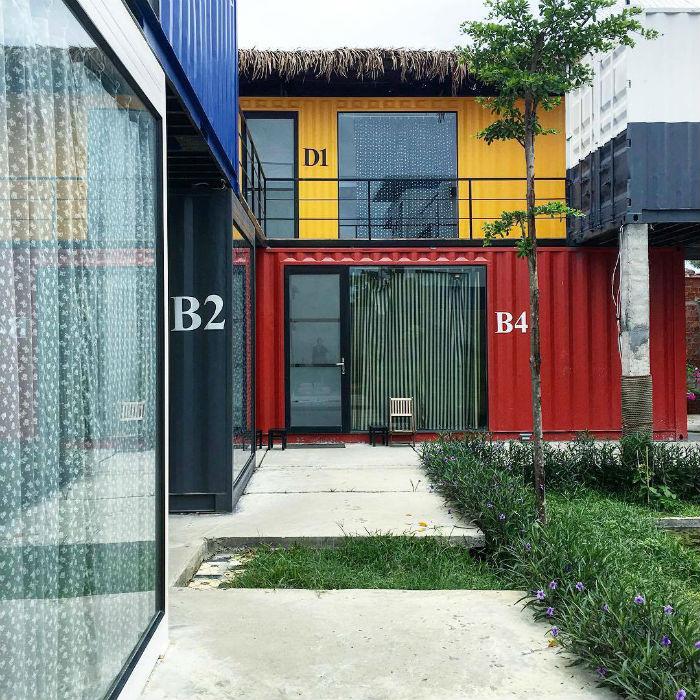 Điểm thu hút nhất là thiết kế như một khách sạn container đang rất hot hiện nay. Nhờ vật liệu cách nhiệt mà các phòng ngủ dạng thùng container không bị quá nóng, lại được sơn màu sắc bắt mắt.