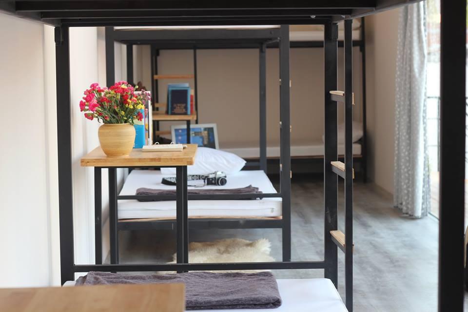 Các nhóm khách là những người trẻ thường chọn phòng dorm (dạng giường tầng) để tiết kiệm chi phí, vừa có thể thoải mái giao lưu, trò chuyện. Với phòng 8 giường, giá là 180.000/ giường. Phòng 6, giá là 200.000 đồng/ giường, còn phòng 4 là 220.000 đồng.