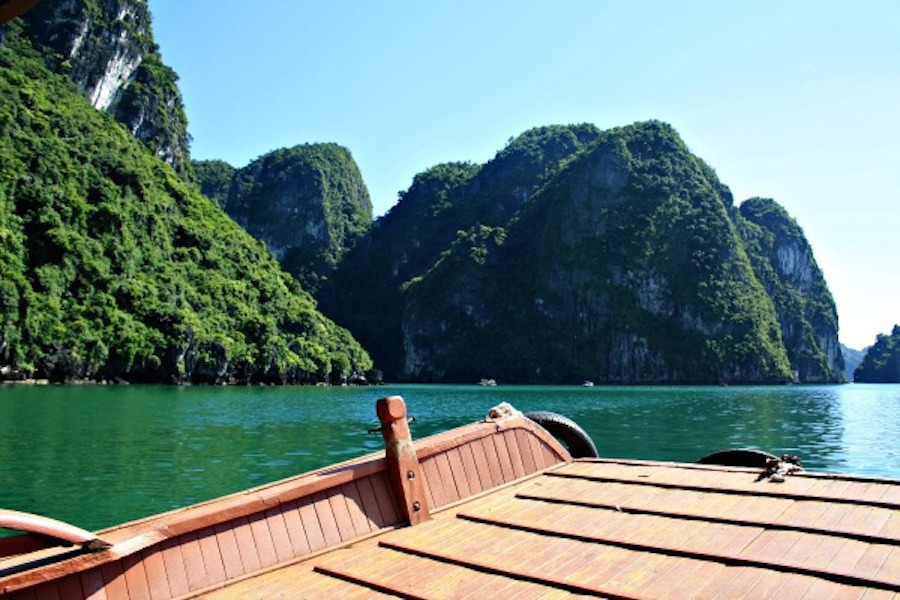 Hạ Long chào đón chúng tôi với những núi đá vôi tuyệt đẹp nằm rải rác trên nền nước xanh biếc và nên thơ. Nó khiến bạn cảm thấy rất đỗi bình yên