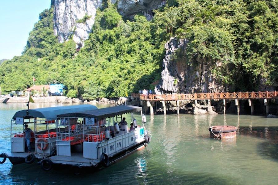 Du khách có rất nhiều lựa chọn đi thuyền trong vịnh Hạ Long, từ du thuyền hạng sang cho tới những loại có giá cả phải chăng