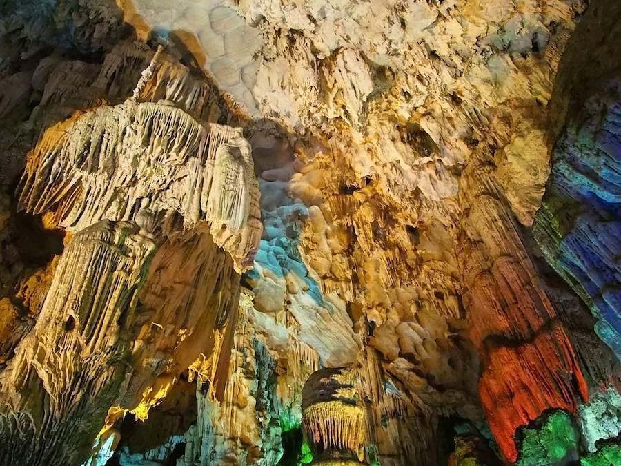 Sau đó, chúng tôi vào tham quan hang động có từ hàng trăm năm trước, được tận mắt chiêm ngưỡng kỳ quan đầy kinh ngạc của tự nhiên