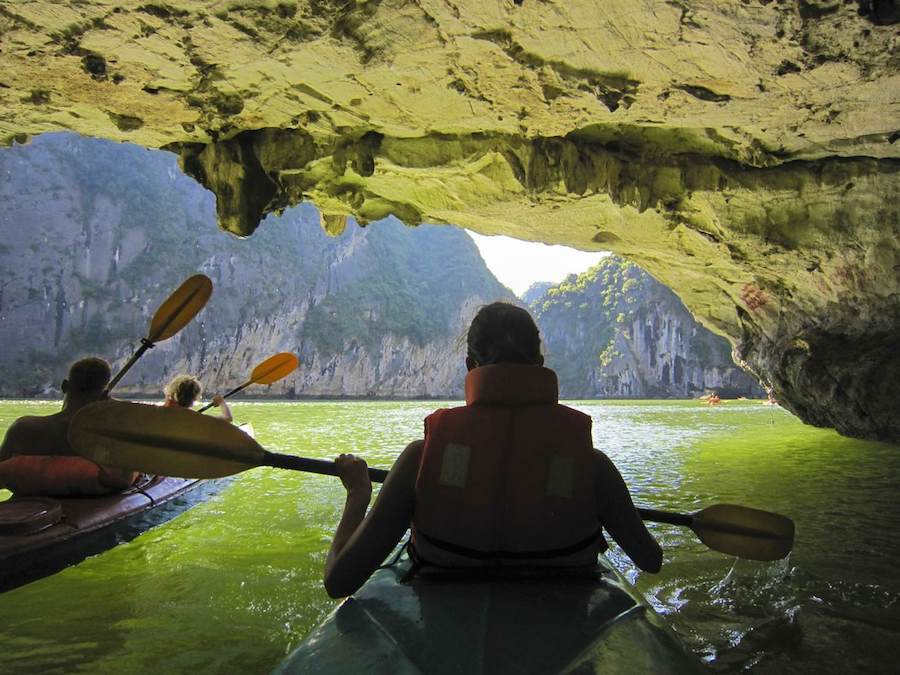 Chèo thuyền kayak là một trong những hoạt động thú vị nhất trên vịnh Hạ Long.