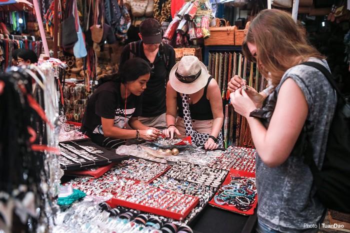 Từ các loại sarong (trang phục của phụ nữ Malaysia, Indonesia), đồ trang sức và trang phục truyền thống ở Bali, cho đến đồ chế tác được điêu khắc tinh xảo đều có mặt tại chợ nghệ thuật