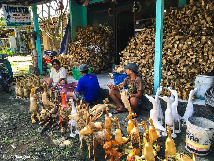 Người dân ở Bali nổi tiếng khéo tay, nhiều người làm nghề đẽo gọt và sơn các con vật bằng gỗ rồi mang ra chợ bán.