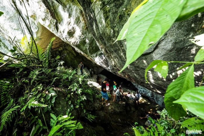 Đứng trước cửa hang cảm nhận hơi nước mát lành phả ra từ động - Ảnh: Nguyễn Khánh