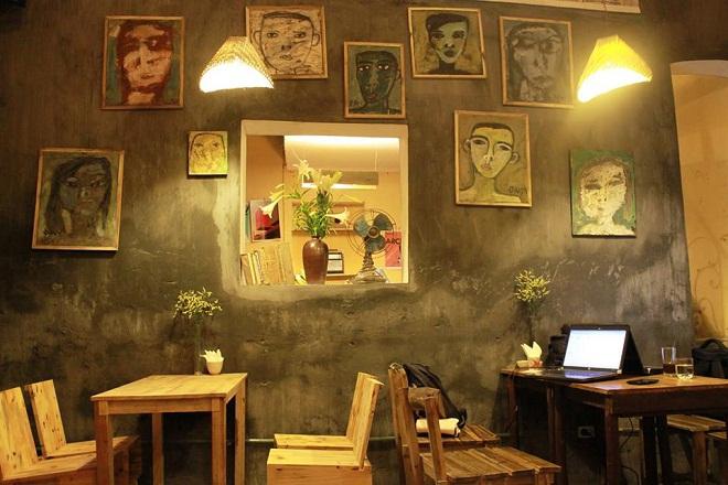 XoanCafé:Xoan Cafe là một căn nhà 2 tầng kiểu cũ và khoảng sân vườn nhỏ, có những bộ bàn ghế gỗ mộc mạc xen kẽ với màu xanh của các chậuhoa câycảnh. Kiến trúc nơi đây đậm chất Hà Nội cổ với những lớp gạch hoa lát nền đặc trưng từ thế kỷ XX, lối cầu thang lên gác nhỏ và dốc, tầng thấp.