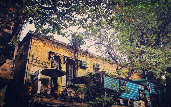 Hanoi House:Hanoi House nằm trên tầng 2, đi qua một dãy cầu thang cũ kỹ trên đường Lý Quốc Sư, không dễ tìm với ai đến lần đầu