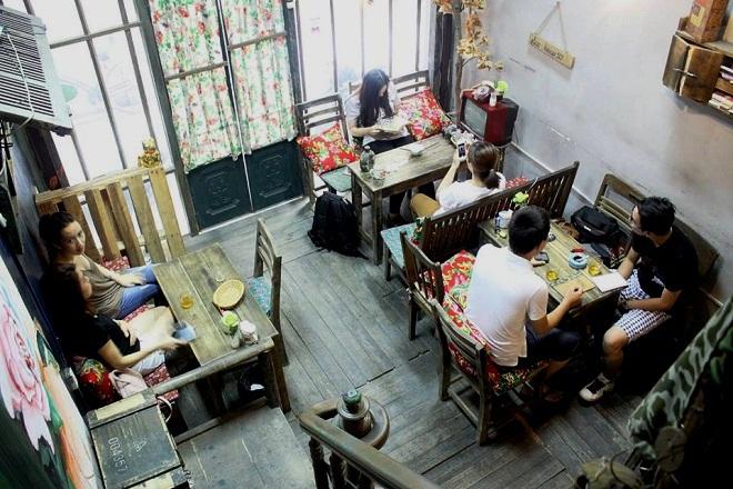 Bao Cấp Café:Đúng như tên gọi, quán có không gian hai tầng tái hiện hình ảnh một căn hộ tập thể thời bao cấp.