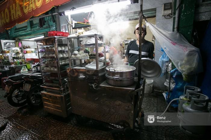 Hàng xôi lá sen nổi tiếng trên đường Cô Giang.