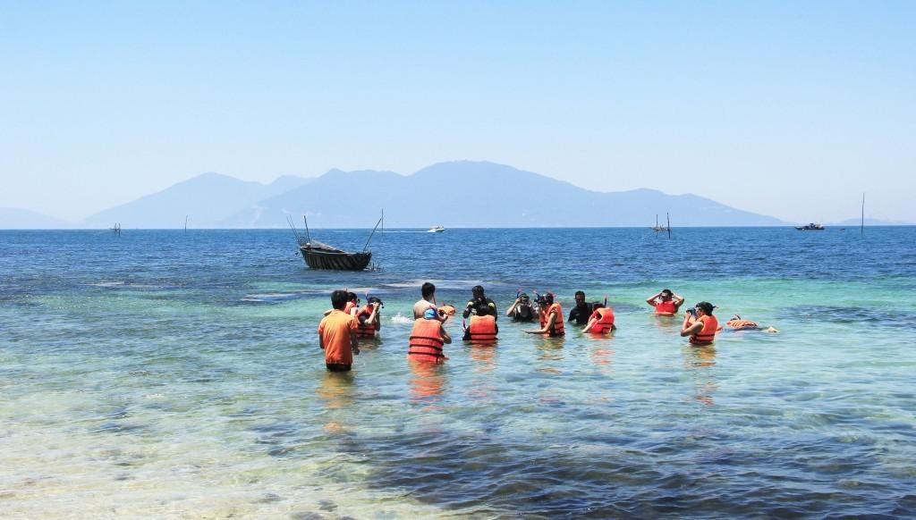 Nô nức lặn ngắm san hô tại hòn Chảo