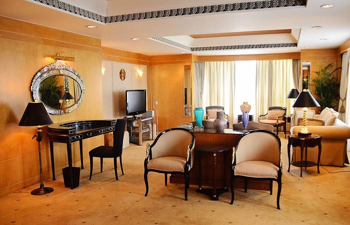 Phòng tổng thống của khách sạn New World Saigon Hotel nằm ở tầng cao nhất của tòa nhà, có diện tích 181m2, được thiết kế gồm nhiều phòng riêng biệt và các cửa kính lớn, nhìn ra 3 hướng khác nhau của thành phố. Yếu tố an toàn và bảo mật ở căn phòng này là tuyệt đối.