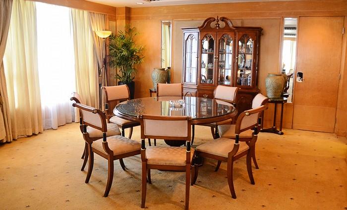 Trong phòng khách còn có một chiếc bàn tròn dành cho các cuộc họp khoảng 10 người hoặc có thể sử dụng làm bàn ăn. Sát bên còn có nơi nghỉ ngơi của người thân cận hay vệ sĩ của khách.