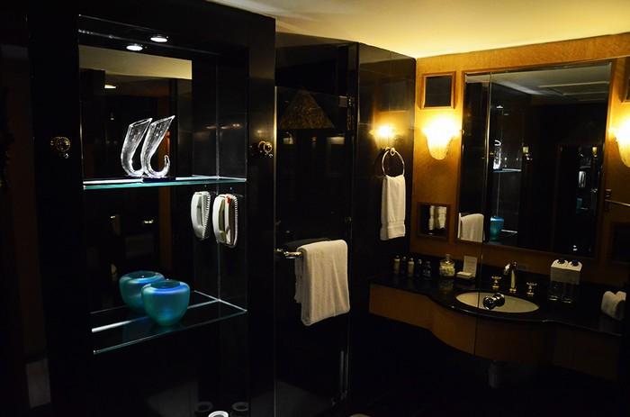 Căn phòng có 3 phòng tắm: 2 phòng nhỏ và một phòng lớn được thiết kế cùng tông với không gian chung, nội thất được ốp gạch men sang trọng. Trong phòng tắm lớn có một bồn ngâm mình.