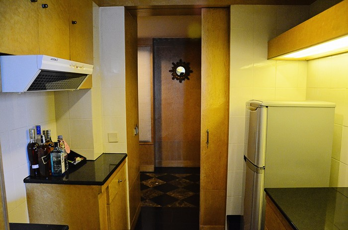 Ngoài ra, bên trong phòng Tổng thống còn được bố trí khu vực bếp có các dụng cụ cơ bản để thực hiện những món đồ uống nhẹ như: pha cà phê, trà...