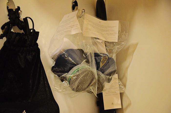 Để đảm bảo an toàn cho những vị khách VIP, căn phòng có những mặt nạ chống khói tại buồng thay đồ.