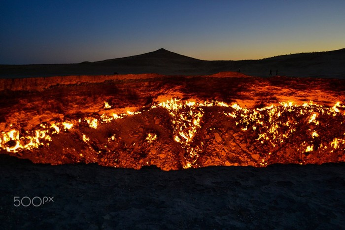 Vẫn cháy sáng ngày đêm và tỏa khí độc mang đến sự chết chóc cho cả vùng