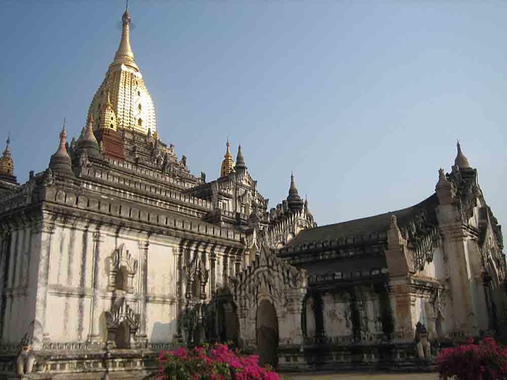 ruyền thuyết kể lại, ngôi đền kì vĩAnandaở Bagan, được xây dựng dựa trên mô tả của 8 nhà sư về đền hang Nandamula ở Himalayas.