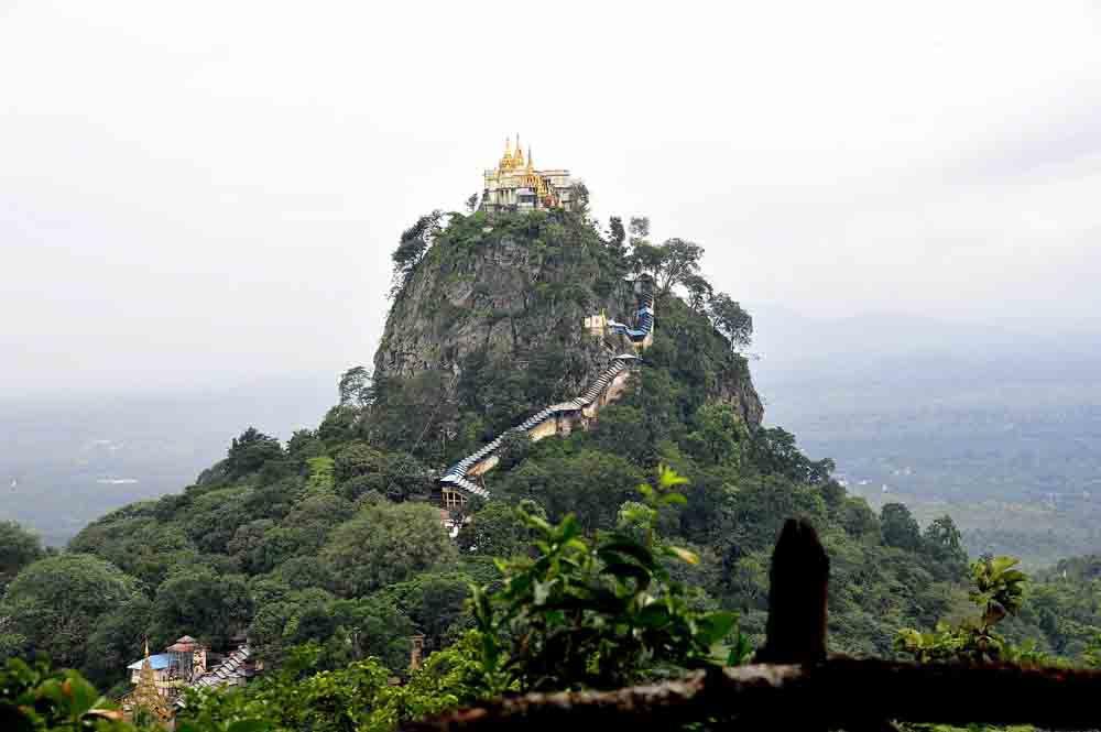 NúiPopađược coi như đỉnh Olympus của người Myanmar, một địa điểm hành hương, là nơi tọa lạc của rất nhiều đền thờ các linh hồn quyền lực nhất