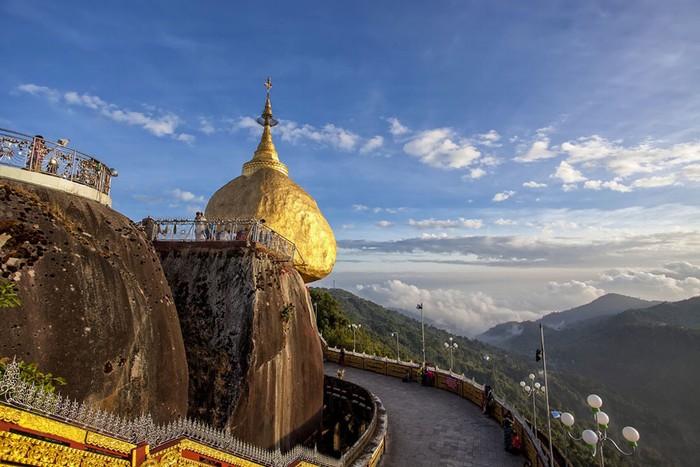 Kyaiktiyo- nơi một ngôi chùa nhỏ bé nằm cheo leo trên đỉnh tảng đá granite chỉ chực lăn xuống cạnh đồi