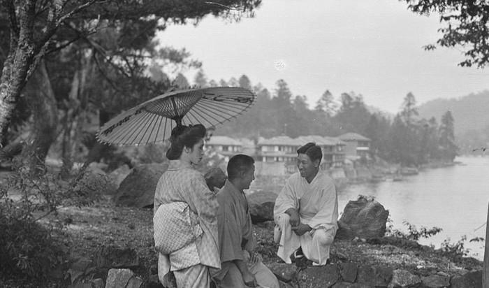 Bộ ảnh Nhật Bản 100 năm trước được chụp bởi học giả, nhiếp ảnh gia Arnold Genthe và vừa được đăng tải trên các trang báo nước ngoài, thu hút nhiều sự quan tâm của du khách - những người luôn yêu mến xứ sở hoa anh đào.