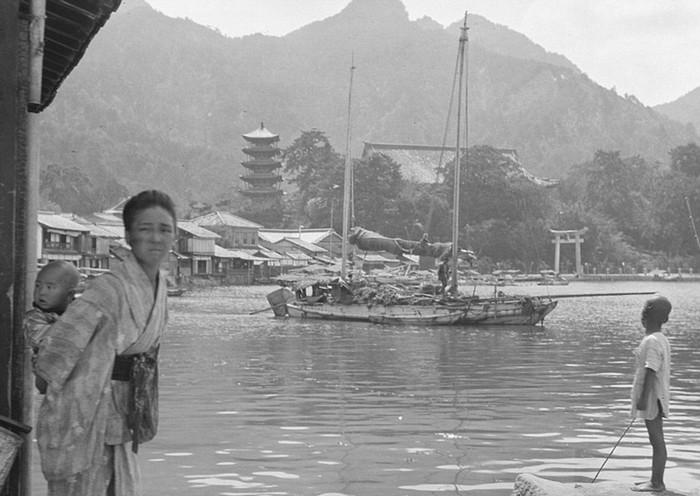 Nhật Bản ngày nay nhộn nhịp, hiện đại và sầm uất, nhưng khi ngắm nhìn những bức ảnh về một thời phong kiến người ta vẫn không khỏi hồi tưởng về cuộc sống êm đềm, tĩnh lặng trước đây.