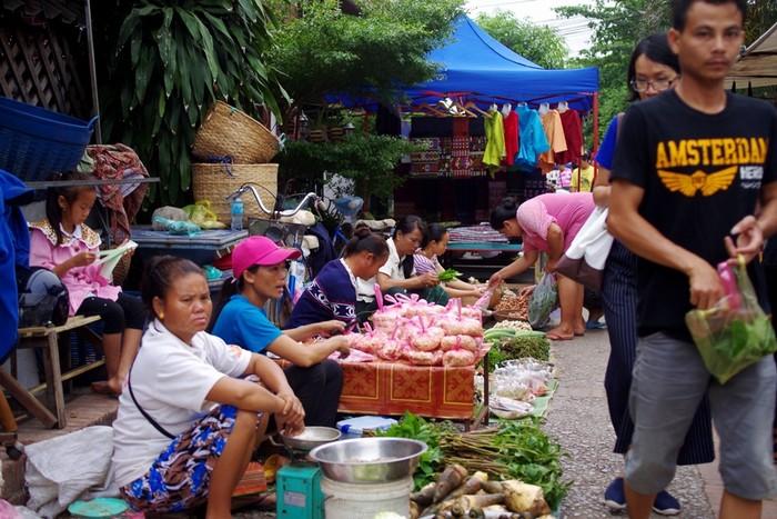 Mua sản vật địa phương ở chợ sáng