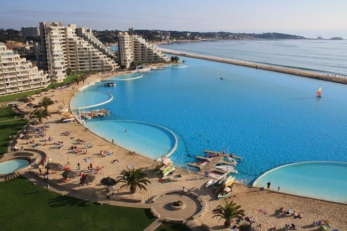 Quang cảnh tự nhiên xung quanh bể bơi khổng lồ