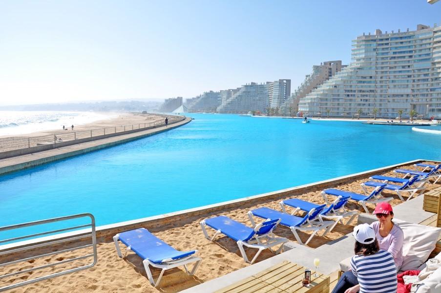 Bãi cát cho du khách thư giãn bên bể bơi