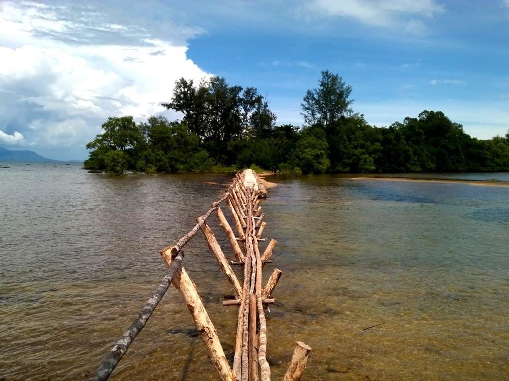 Cây cầu đơn sơ đường vào Hòn Một