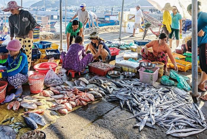 Chợ hải sản trên đảo Bình Ba