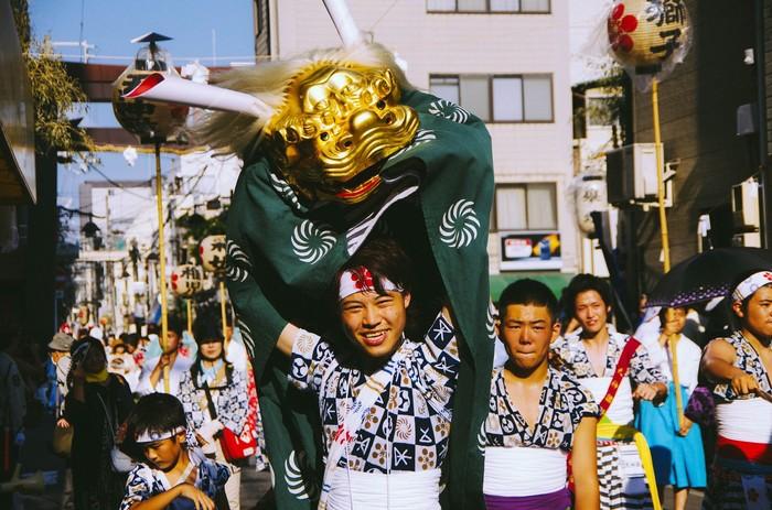 Lễ hội Tenjin tổ chức vào cuối tháng 7 hằng năm với quy mô rất hoành tráng